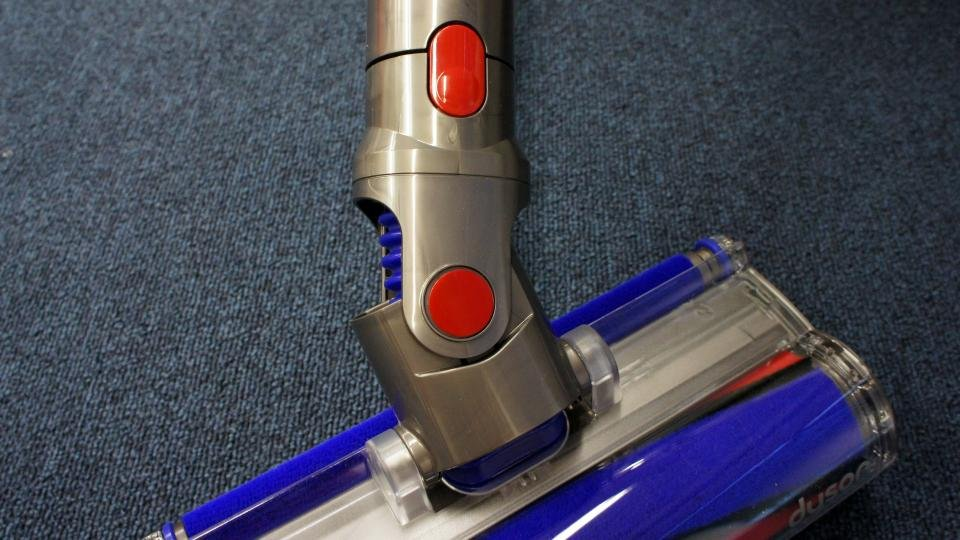 Dyson V8 Absolute clips