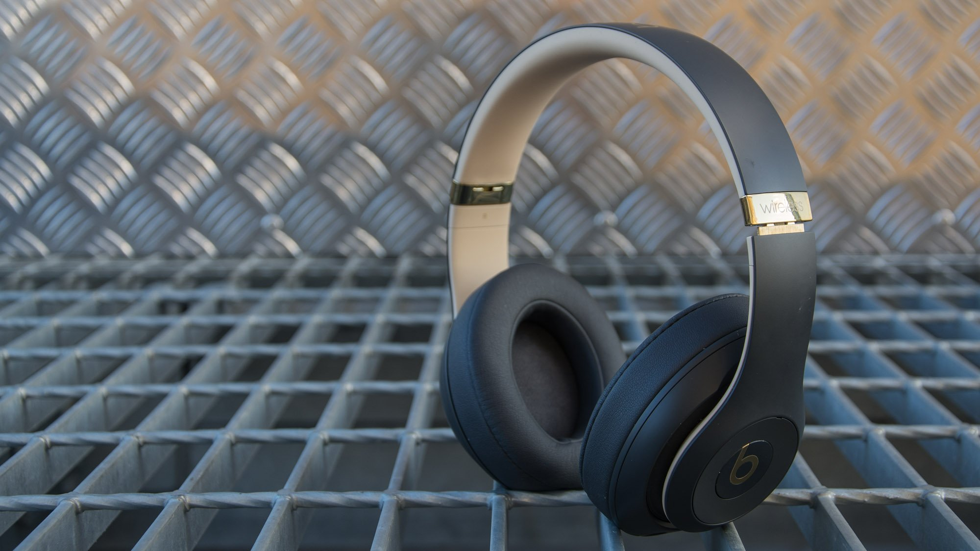 Bose soundlink around-ear wireless headphones ii vs beats studio